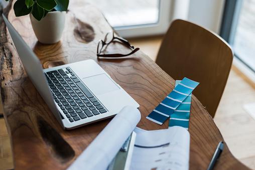 Mannheim「Laptop, color samples and glasses on wooden desk」:スマホ壁紙(10)