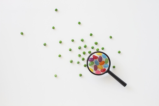 Discovery「Peas turning into  jellybeans through a magnifying glass」:スマホ壁紙(7)