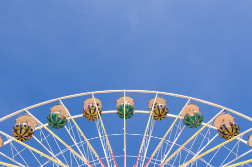 こどもの日「Ferris wheel アゲインスト青い空、copyspace のトップ」:スマホ壁紙(5)