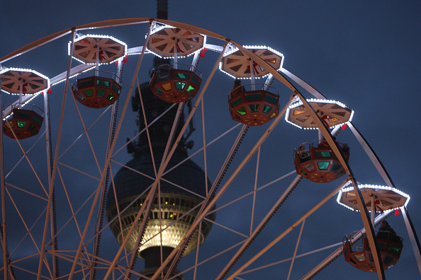 Amusement Park Ride「Christmas Ferris Wheels In Berlin」:写真・画像(7)[壁紙.com]
