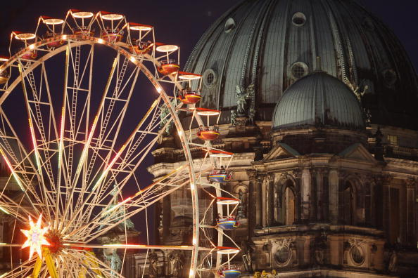 Amusement Park Ride「Christmas Ferris Wheels In Berlin」:写真・画像(5)[壁紙.com]