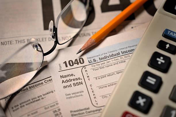 Filing taxes on IRS Form 1040 close-up view:スマホ壁紙(壁紙.com)