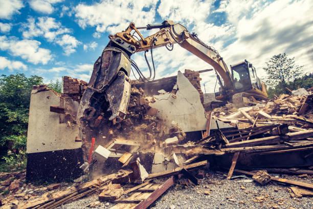 Digger demolishing an old brick building:スマホ壁紙(壁紙.com)