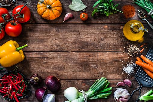 Spice「Frame of assorted fresh vegetables on rustic wooden table」:スマホ壁紙(4)