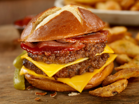 Bacon Cheeseburger「The Pretzel Burger」:スマホ壁紙(18)