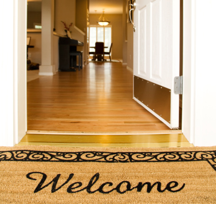 "Doormat「""Welcome"" mat in front of white open door」:スマホ壁紙(10)"