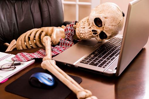 Communication「Working to death.  Business man's skeleton using laptop in office.」:スマホ壁紙(8)