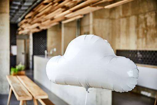 Independence「Cloud balloon floating in creative office」:スマホ壁紙(10)
