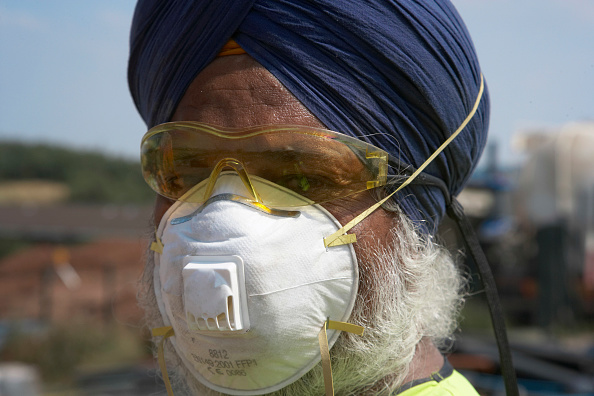 Minority Groups「Sikh worker wearing turban and protection mask and goggles, UK Sikh workers are allowed not to wear hard hat on site because of their religious beliefs」:写真・画像(8)[壁紙.com]