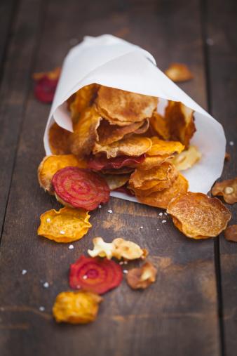 ニンジン「Roasted vegetable chips made of parsnips, sweet potatoes, beetroots, carrots and turnips on wooden table」:スマホ壁紙(11)