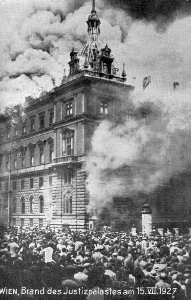 Vienna - Austria「Fire in the Justizpalast (Palace of Justice), Vienna」:写真・画像(6)[壁紙.com]