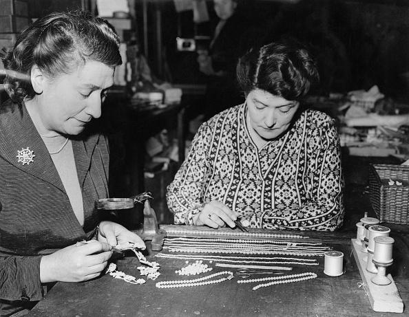 Jewelry「Pearl-Stringing Sisters」:写真・画像(13)[壁紙.com]