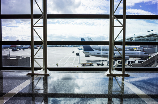 Passenger「Blue sky and airplane seen from airport.」:スマホ壁紙(13)