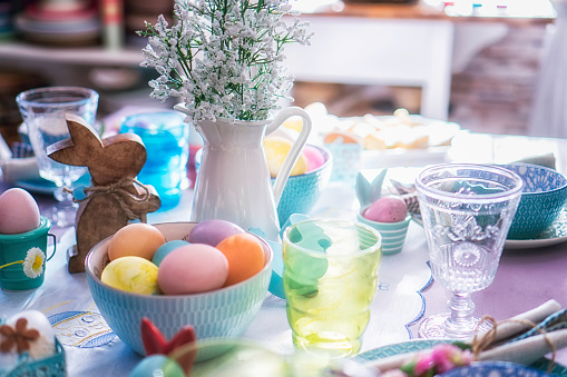 Tradition「Colorful Decorated Easter Place Setting」:スマホ壁紙(11)