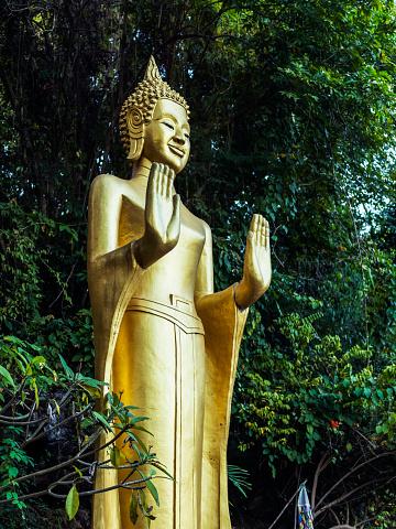 仏像「A golden buddhist statue」:スマホ壁紙(10)