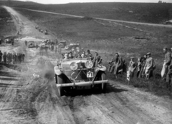 Country Road「Talbot 105 competing in a motoring trial, Bagshot Heath, Surrey, 1930s」:写真・画像(3)[壁紙.com]