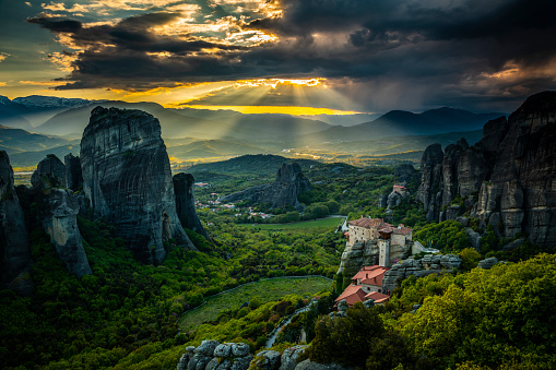 Thessaly「Sunbeams over Meteora in Greece」:スマホ壁紙(17)