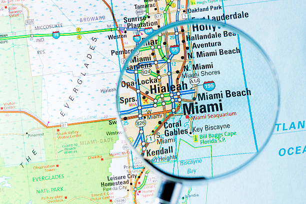 Cities under magnifying glass on map: Miami:スマホ壁紙(壁紙.com)