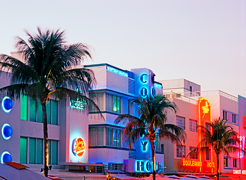 Overcast「Art Deco buildings on Ocean Drive」:スマホ壁紙(16)