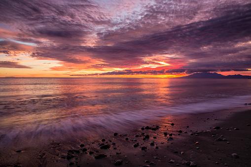 Waimea Bay「Coastal sunrise on the beach in Amed village in Bali」:スマホ壁紙(11)