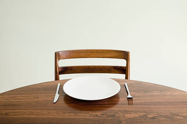 Empty plate with knife and fork on table:スマホ壁紙(壁紙.com)