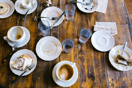 Drinking「Empty plates, coffee cups and glasses on cafe table」:スマホ壁紙(17)