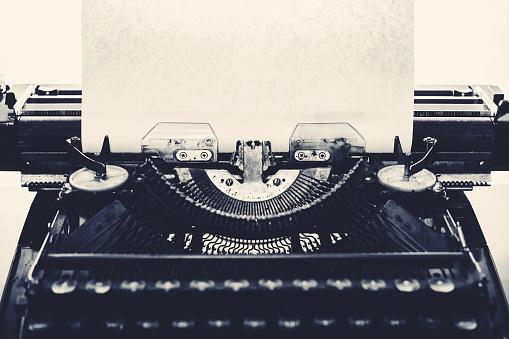 Typewriter「Vintage typewriter with a  blank piece of paper」:スマホ壁紙(17)