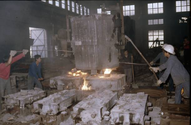 Pouring liquid metal into the moulds for casting componant parts for the construction of China's standard SY Class industrial Mikado at Tangshan Locomotive Works.:ニュース(壁紙.com)
