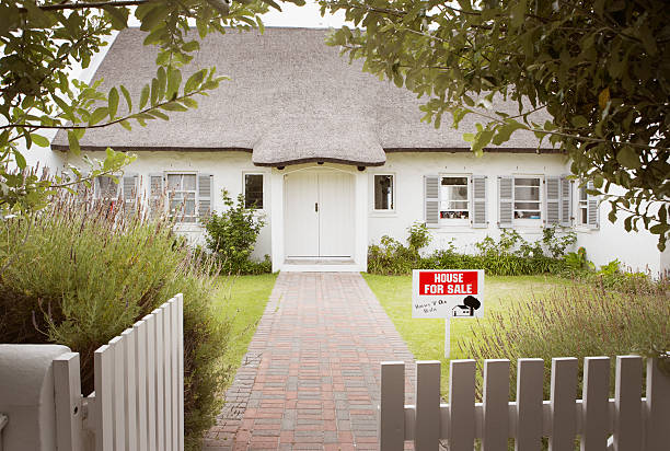 House with for sale sign in yard and open wooden fence:スマホ壁紙(壁紙.com)