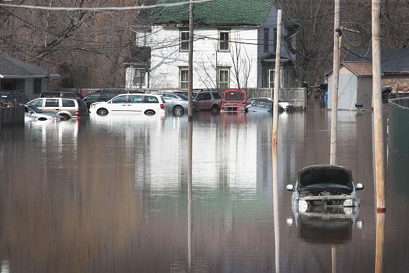 座る「After Heavy Snows, Midwest Rivers Flood Their Banks」:写真・画像(7)[壁紙.com]