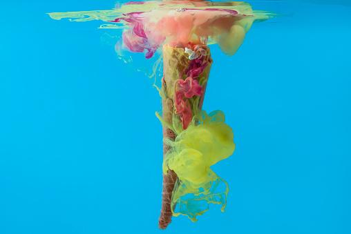 アイスクリーム「Ice-cream cone and Acrylic paint dissolving in water」:スマホ壁紙(4)