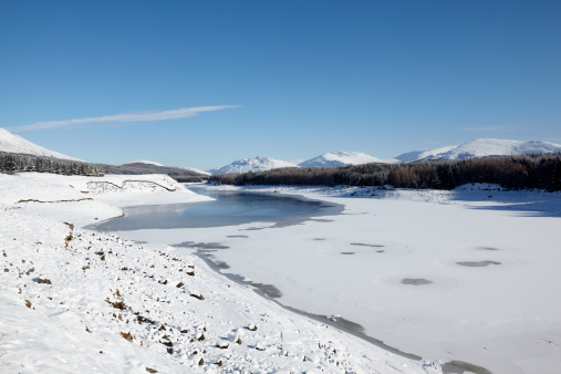 Rolling Landscape「Loch Spean with Cairngorm mountains, ice and snow, Scotland」:スマホ壁紙(7)