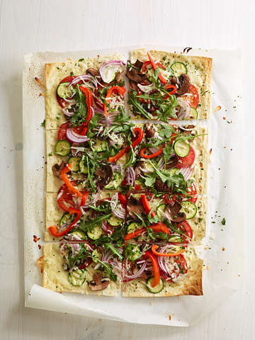 Flatbread「Overhead flat bread vegetable pizza on parchment」:スマホ壁紙(18)