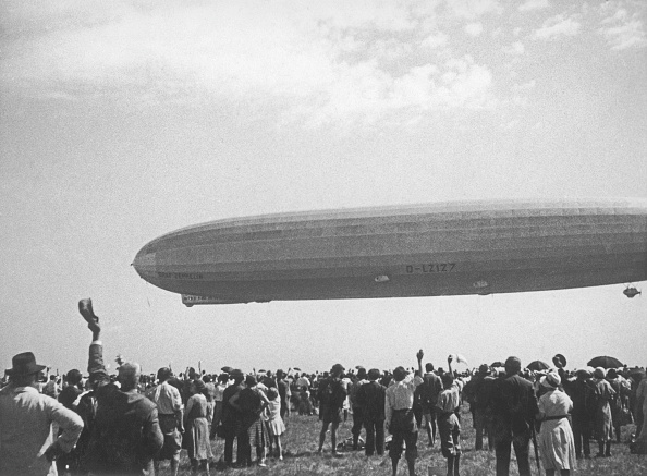 "Emotion「Airship ""Count Zeppelin"" landing at the Aspern Airfield near Vienna, Austria, A big crowd is watching, Photograph, 1931」:写真・画像(3)[壁紙.com]"