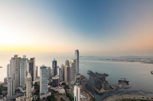 Central America「Punta Paitilla skyline at sunrise, the Panama City's prime real estate district」:スマホ壁紙(18)