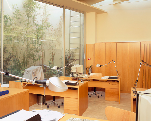 Table「View of a polished office」:写真・画像(2)[壁紙.com]