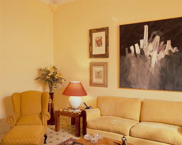 Sofa「View of a painting in a cozy living room」:写真・画像(18)[壁紙.com]