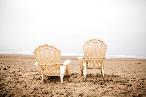 Cannon Beach「Empty lawn chairs on beach」:スマホ壁紙(14)