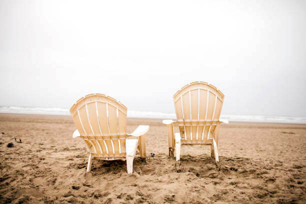Empty lawn chairs on beach:スマホ壁紙(壁紙.com)