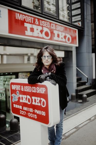 薔薇「Gilby Clarke Guns N Roses In Front Of Imported CD Shop In Nishi Shinjuku」:写真・画像(4)[壁紙.com]