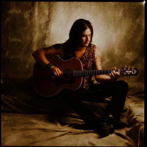 薔薇「Gilby Clarke Guns N Roses Playing Acoustic Guitar In Studio Photo Session」:写真・画像(5)[壁紙.com]