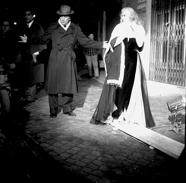 Anita Ekberg「Film director Federico Fellini with actress Anita Ekberg during the shooting of movie 'La Dolce Vita', Rome 1959」:写真・画像(17)[壁紙.com]