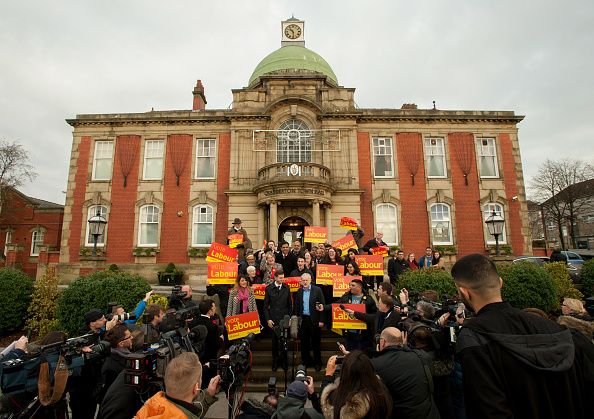 Large Group Of People「The Labour Party Win The Oldham West And Royton By-election」:写真・画像(3)[壁紙.com]