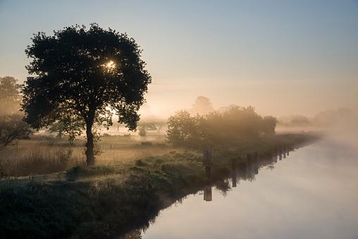 月「ネベル ユーバー dem Ems 玉運河備 Sonnenaufgang。」:スマホ壁紙(11)