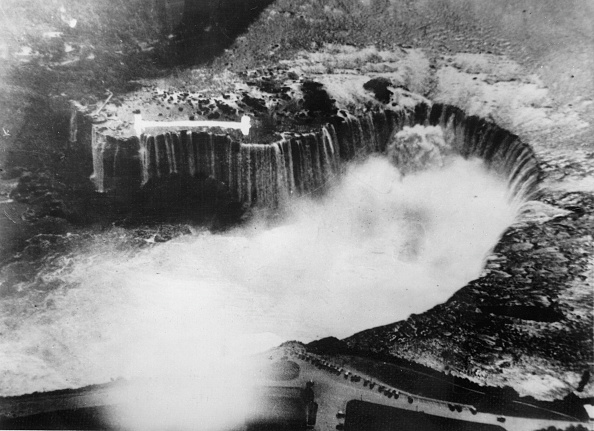 Eroded「Erosions are changing the appearance of the Niagara Falls. Photograph. Around 1935.」:写真・画像(2)[壁紙.com]