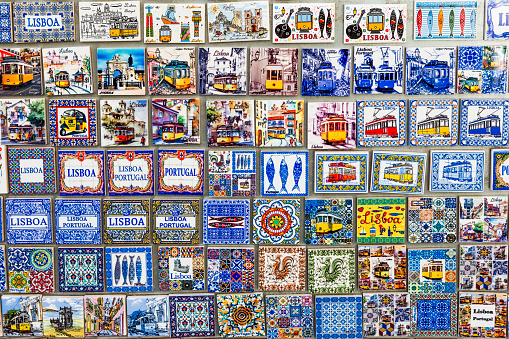 Souvenir「Miniatures of traditional Azulejo tiles and souvenirs with the symbols of Lisbon」:スマホ壁紙(14)