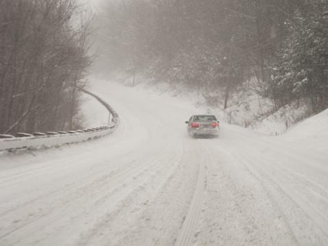 吹雪「USA, Vermont, Car on country road in blizzard」:スマホ壁紙(11)