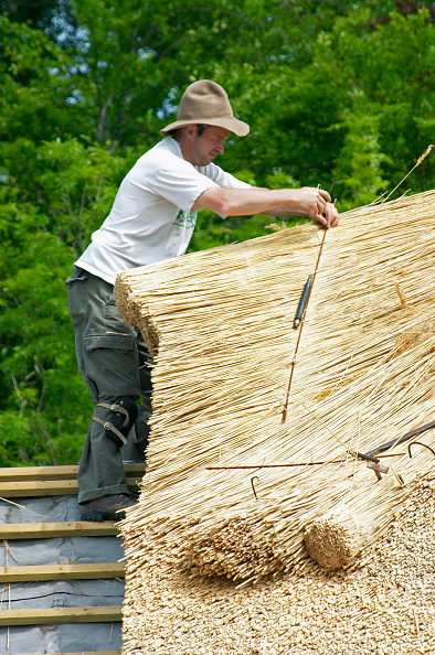 Thatched Roof「Male thatcher with hat working on a thatched roof in Co. Mayo, Ireland」:写真・画像(12)[壁紙.com]