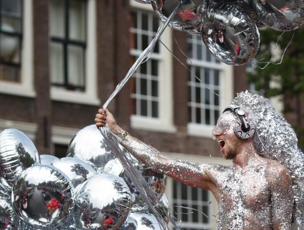 Shiny「Canal Parade To Celebrate Gay Pride」:写真・画像(17)[壁紙.com]