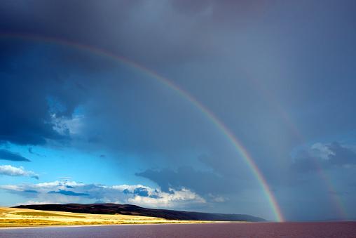 虹「肌触り 雲模様に小さな丘、湖の前景」:スマホ壁紙(12)